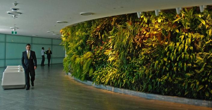 Central-circular-vertical-garden